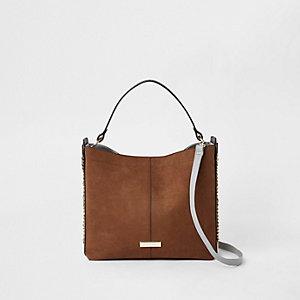 Bruine tas met ketting aan de zijkant