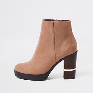 Bottines en daim beige à talon carré