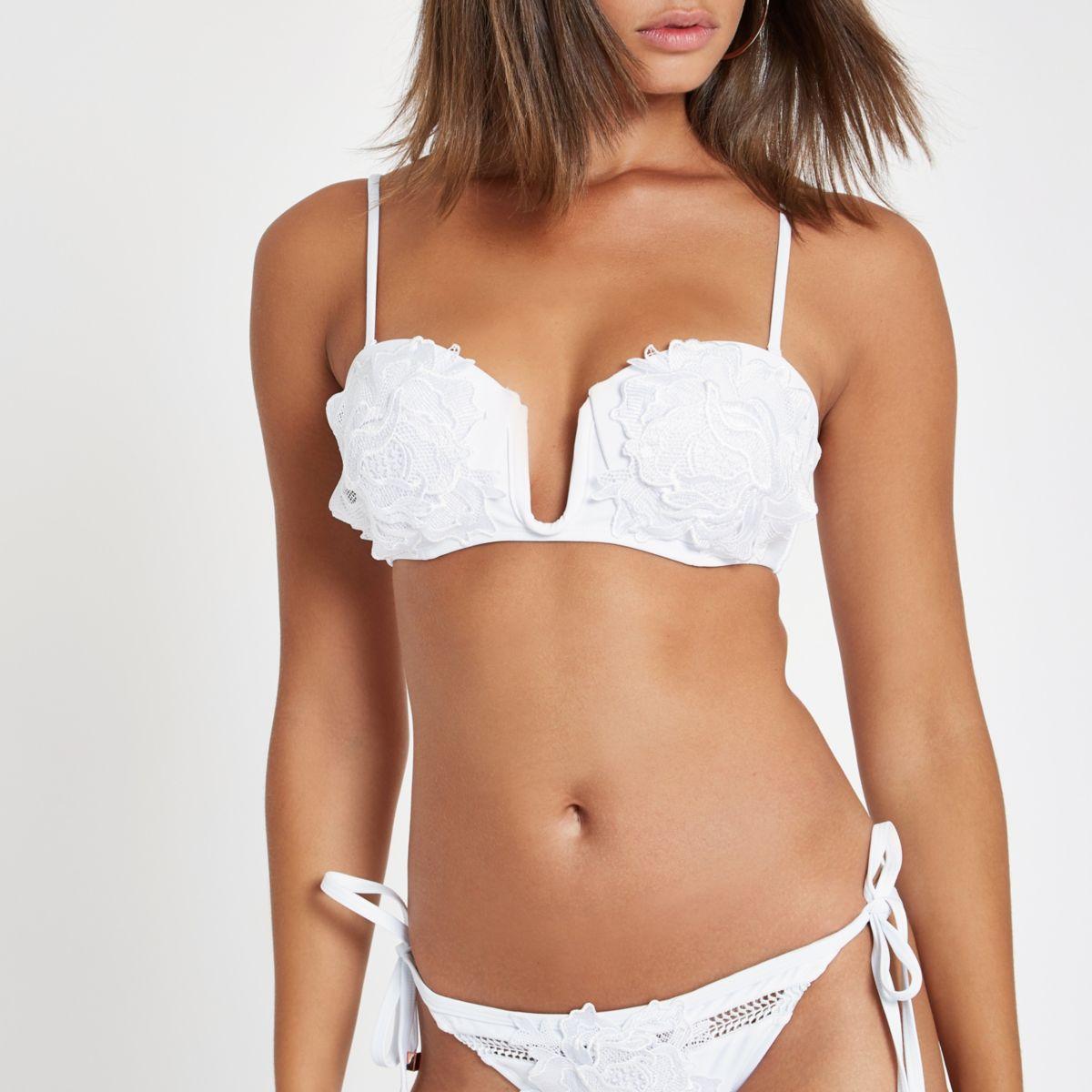 Witte diepuitgesneden bikinitop met bloemenapplicatie