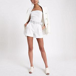 Short blanc à ceinture avec coutures contrastantes