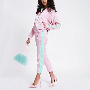 Roze smaltoelopende broek met zijpaneel
