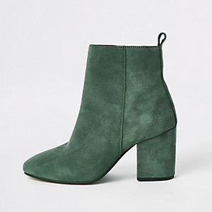 Grüne Lederstiefel mit rechteckiger Zehenpartie