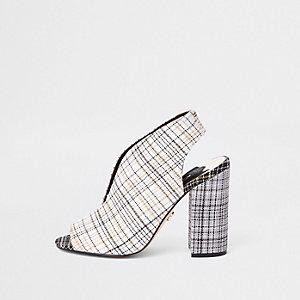 Verleidelijke crème geruite schoenlaarsjes met blokhak