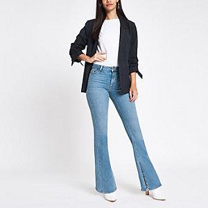 Lichtblauwe uitlopende jeans met split in de zoom