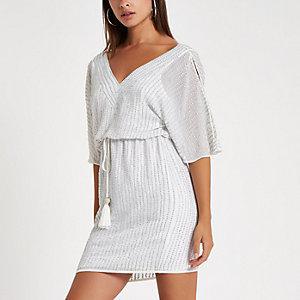 Witte verfraaide schouderloze mini-jurk
