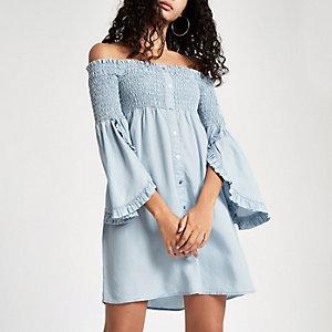 Robe Bardot en denim bleu clair à fronces