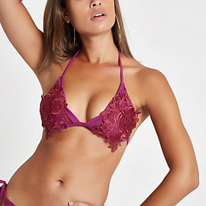 Rode diepuitgesneden bikinitop met bloemenapplicatie