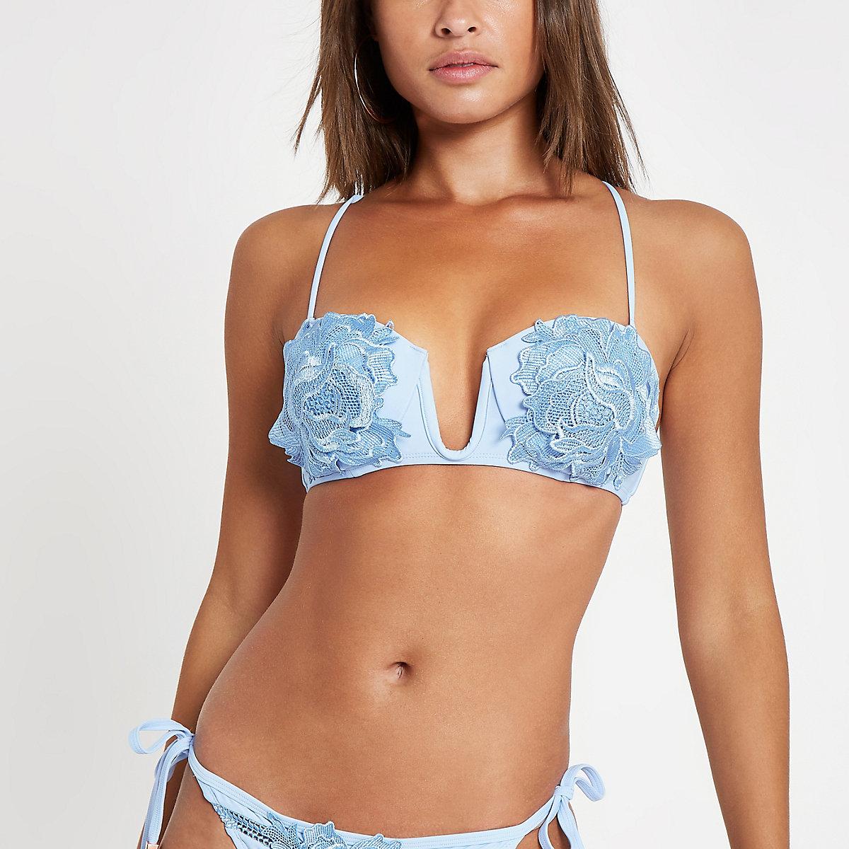 Lichtblauwe diepuitgesneden bikinitop met bloemenapplicatie