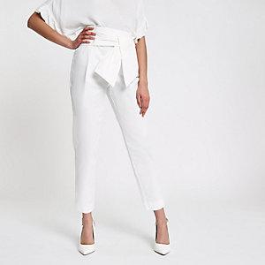 Witte smaltoelopende broek met strik voor