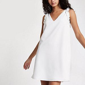 Robe blanche sans manches à volants