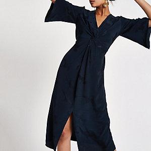Marineblauwe midi-jurk met gedraaide voorzijde