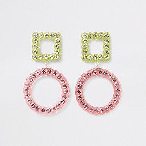 Verfraaide oorhangers met roze diamantje