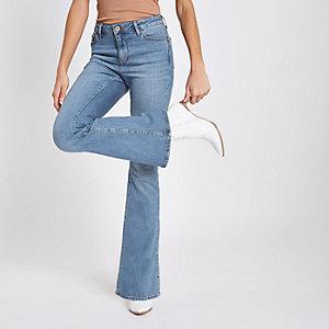 Hellblaue, ausgestellte Jeans
