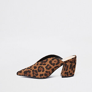 Bruine muiltjes met luipaardprint en kromme hak