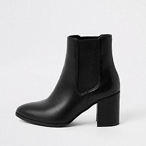 Zwarte laarzen met puntige neus en blokhak