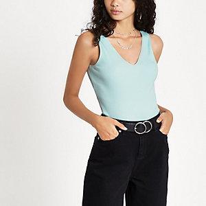 Lichtblauw geribbeld hemdje met V-hals
