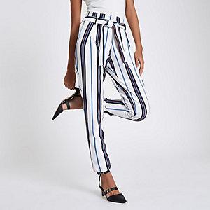 Pantalon fuselé blanc rayé noué à la taille