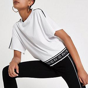 RI – T-shirt blanc à bande sur la manche