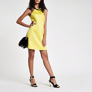 Gele mini-jurk met ruches en halternek