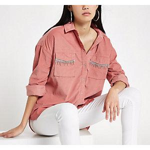 Chemise en velours côtelé rose ornée de strass