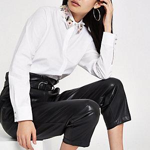 Chemise blanche avec col orné de fleurs