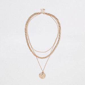 Collier à chaînes superposées et pendentif dorés