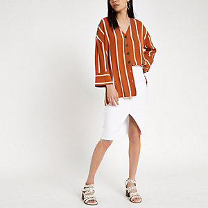 Bruine gestreepte blouse met knoopsluiting voor en band achter