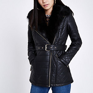 Schwarzer, wattierter Mantel aus Lederimitat
