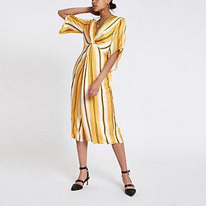 Geelgestreepte maxi-jurk met gedraaide voorkant