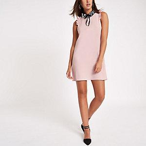 Robe courte rose à col orné