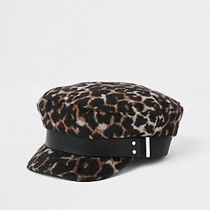 Bruine bakerboy-pet met luipaardprint en studs