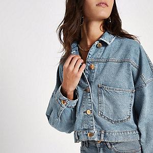 Veste en jean courte bleue boutonnée à l'arrière