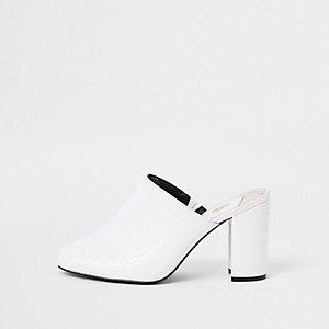 Witte sandalen met krokodillenprint in reliëf en blokhak
