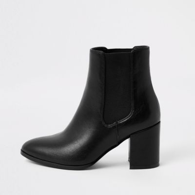 Zwarte Puntige Laarzen Met Blokhak En Brede Pasvorm by River Island