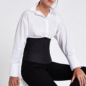 Weißes Hemd in Blockfarben