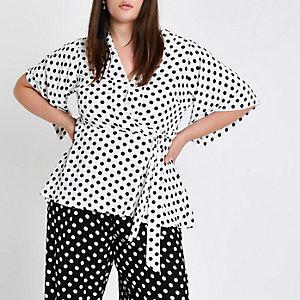 Plus – Top à pois blanc avec manches kimono