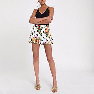 Orange, gepunktete Shorts