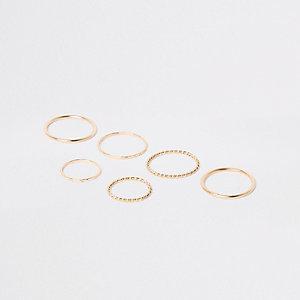 Set goudkleurige metalen ringen