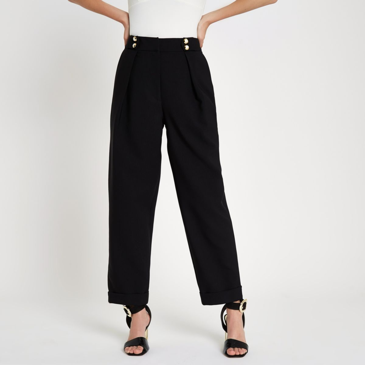 Zwarte smaltoelopende broek met knoopsluiting