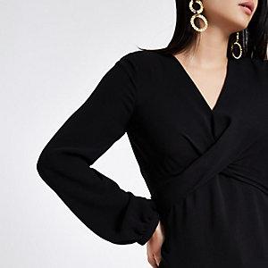 Zwarte blouse met gekruiste bandjes voor en strik op de rug