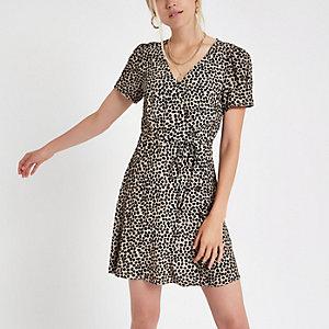 Mini robe noire à imprimé léopard et fermeture boutonnée