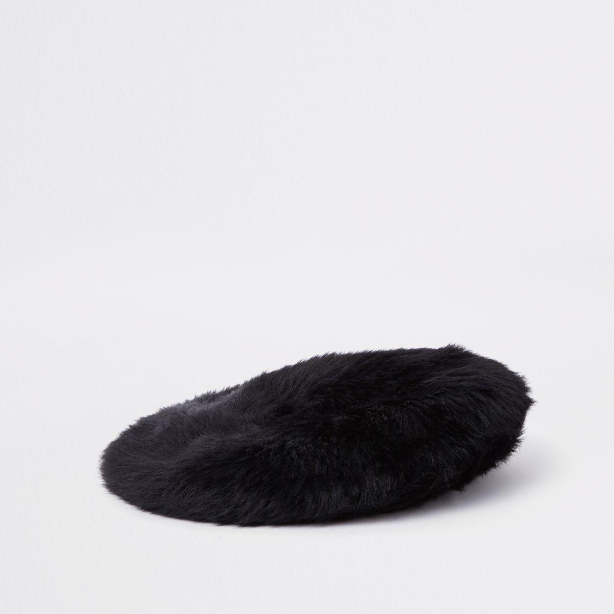 Schwarze, flauschige Baskenmütze