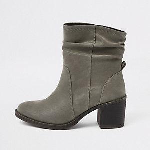 Grijze ruimvallende laarzen met blokhak