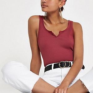 Donkerrood geribbeld hemdje met inkeping voor
