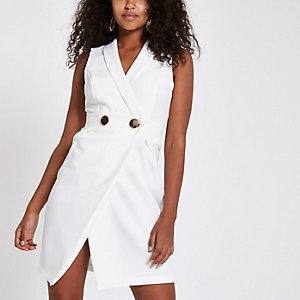 Mini-robe moulante blanche façon smoking à coupe croisée