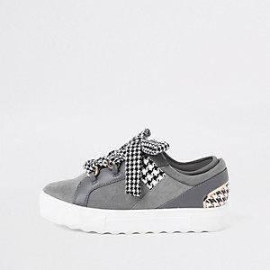 Baskets à carreaux gris avec lacets