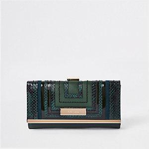 Groene portemonnee met druksluiting en uitsnedes