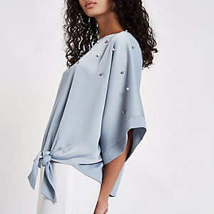Blauwe verfraaide top met kimonomouwen en pareltjes