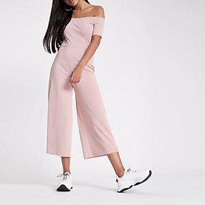 Roze jumpsuit in bardotstijl met wijde pijpen
