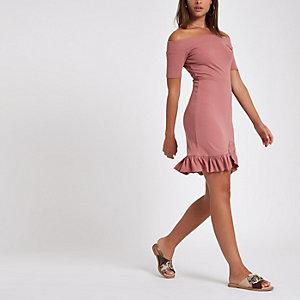 Roze mini-jurk in bardotstijl met ruches aan de zoom